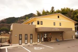 施設の外観です。クリーム色の建物が目印です。